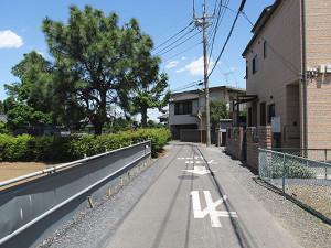 東町会館から数十メートル進んだ付近の鎌倉街道