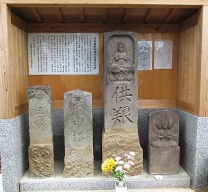 日向鎌倉街道の石造文化財正面